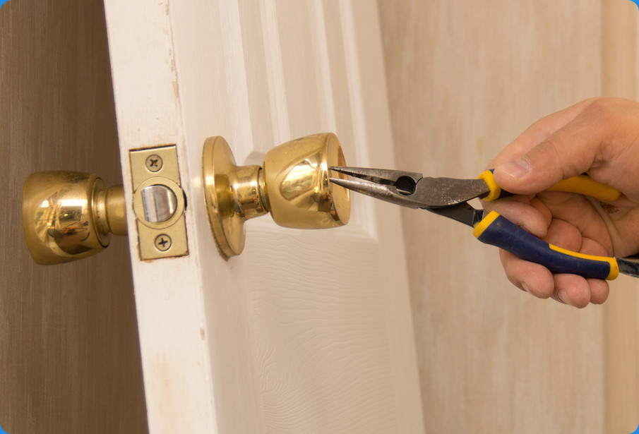 Cambiar la manilla de una puerta paso a paso nivel f cil - Como barnizar una puerta de madera ...